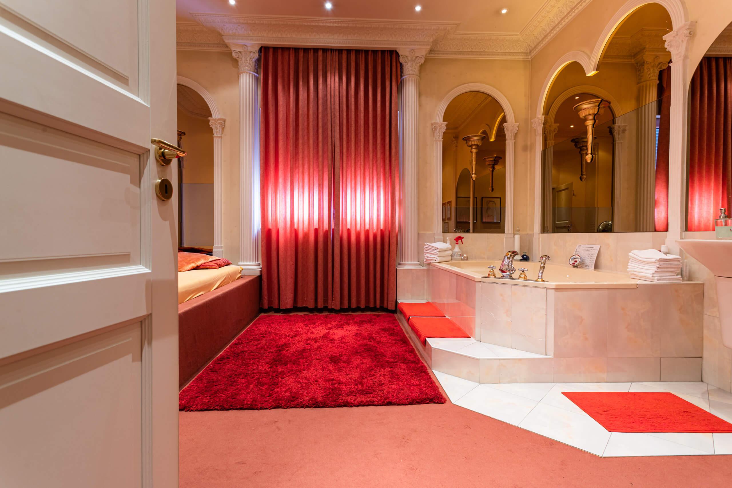 Roter Salon mit whirlpool 01 | Villa Freiburg