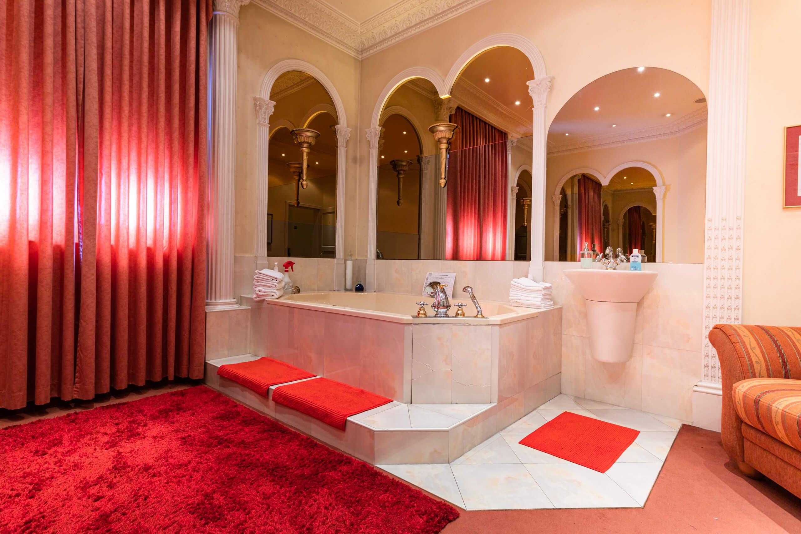 Roter Salon mit whirlpool 02   Villa Freiburg