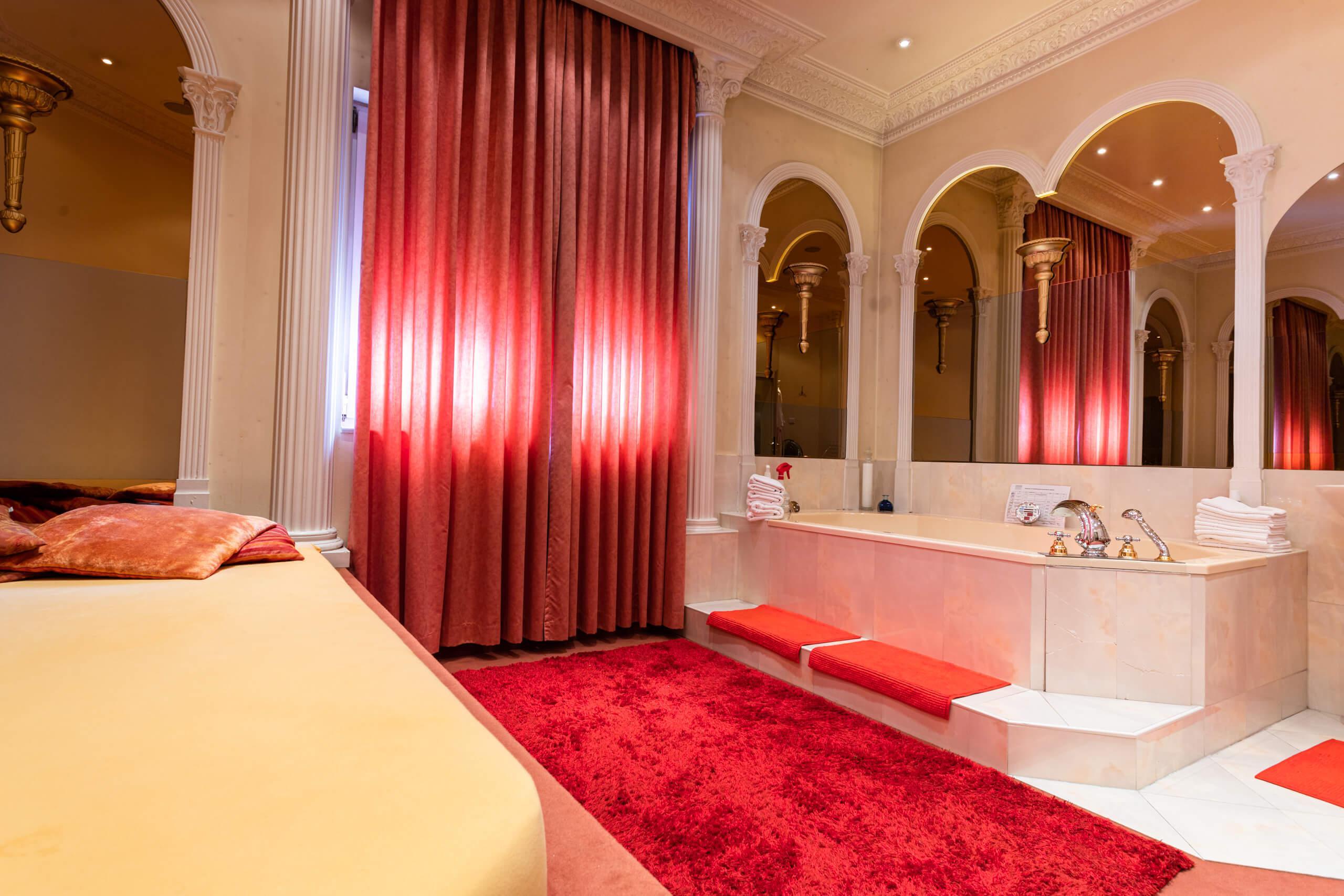 Roter Salon mit whirlpool 05   Villa Freiburg